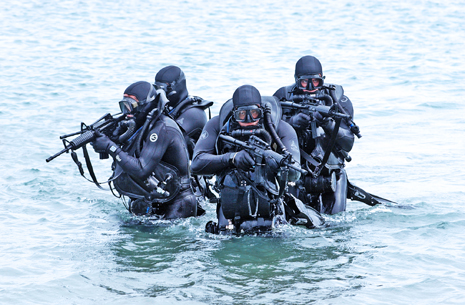 Modern_SEALs_in_wet_suits_with_guns-465